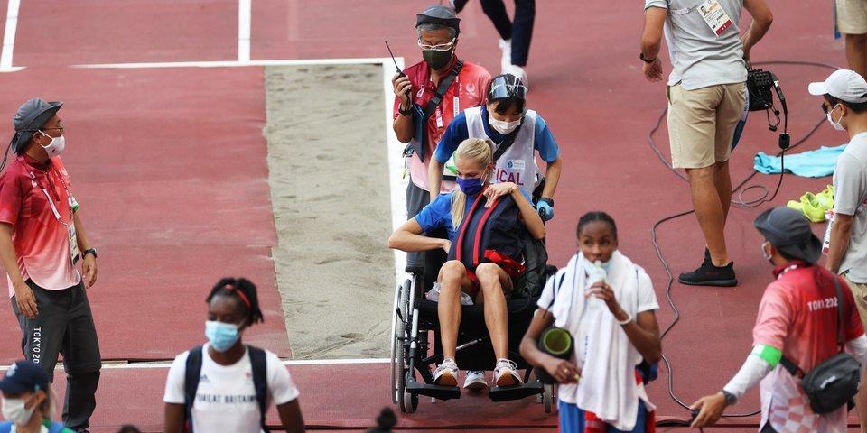 Клишина из-за травмы завершила борьбу в соревнованиях по прыжкам в длину. Ее увезли на инвалидной коляске (фото + видео)