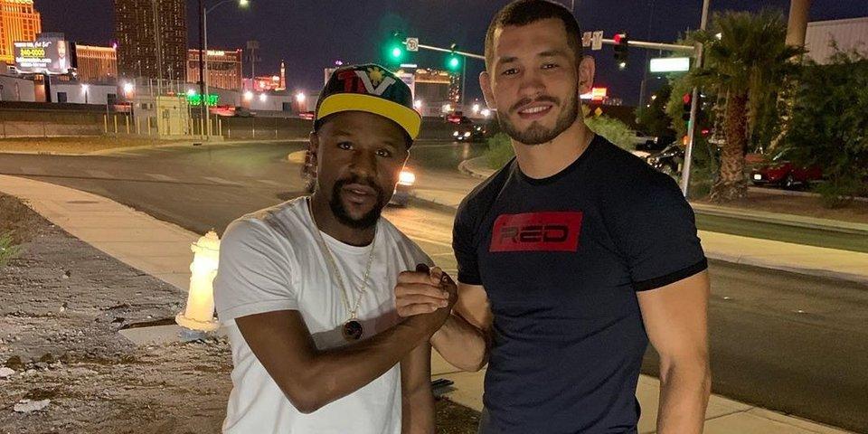Узбекский боец Мурадов рассказал, что ему сказал Мейвезер после победы в UFC
