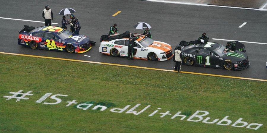 Гонка NASCAR началась массовой акцией в поддержку темнокожего пилота. Он расплакался, увидев, как коллеги выкатили его машину на старт (видео)