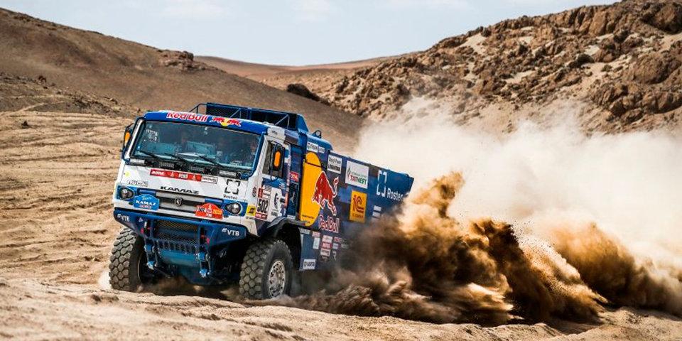 Экипаж Каргинова на КАМАЗе выиграл четвертый этап «Дакара», Карякин возглавил зачет мотовездеходов. Видео