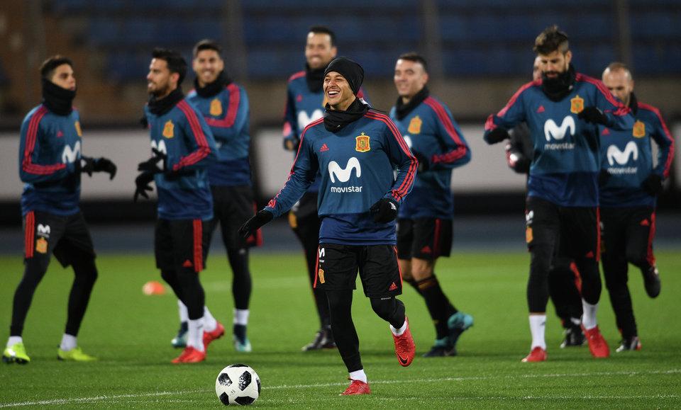 Футболисты сборной Испании в полном составе тренируются перед игрой с Россией