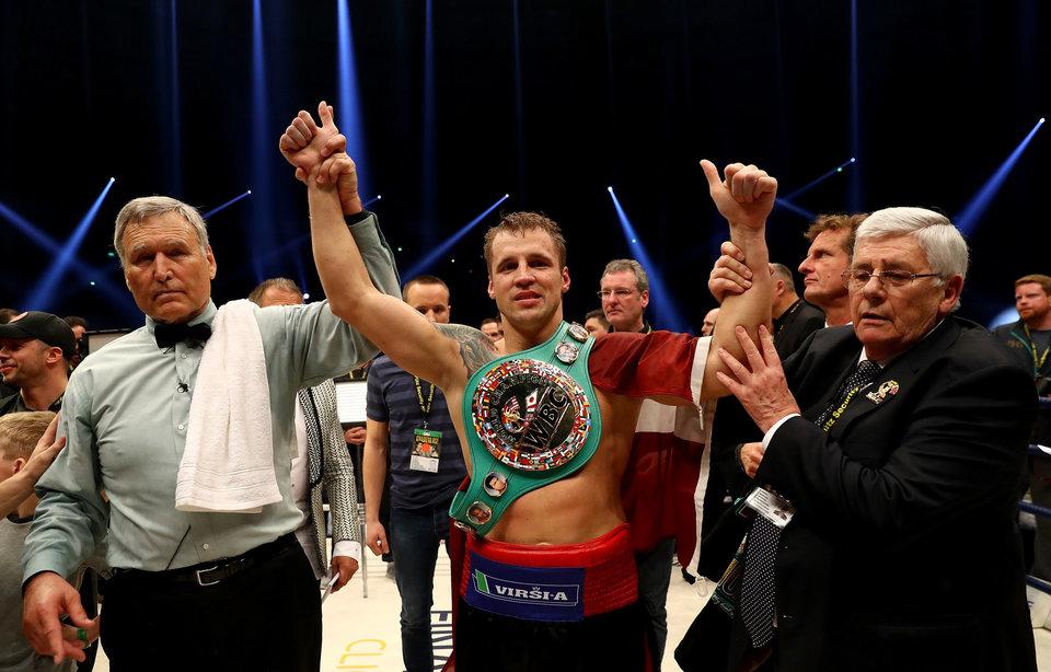 Бриедис отобрал у Хука титул чемпиона мира в первом тяжелом весе по версии WBC