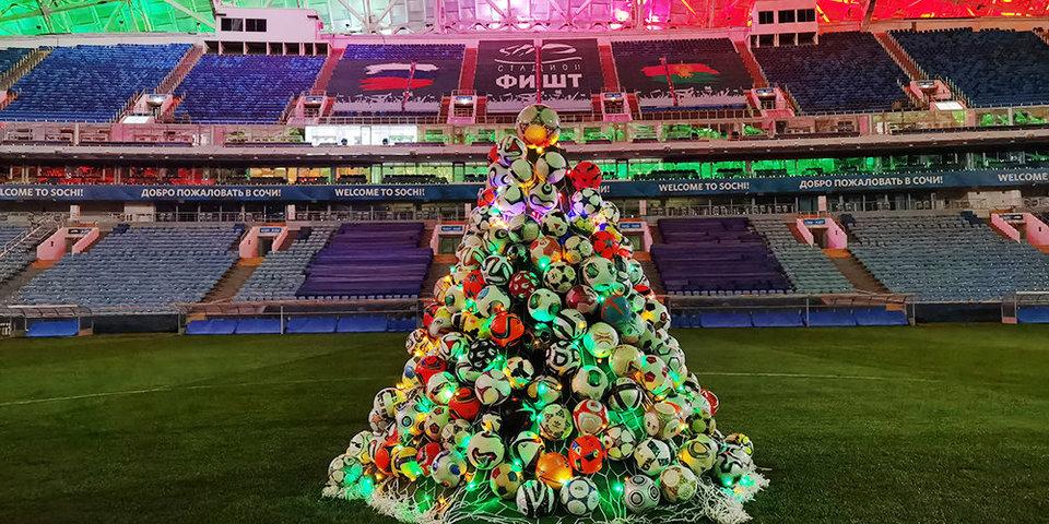 На стадионе «Фишт» установили елку, украшенную футбольными мячами