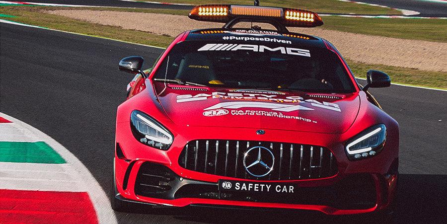 «Мерседес» решил поздравить «Феррари» с юбилейной гонкой и перекрасил сейфти-кар в красный цвет (фото)