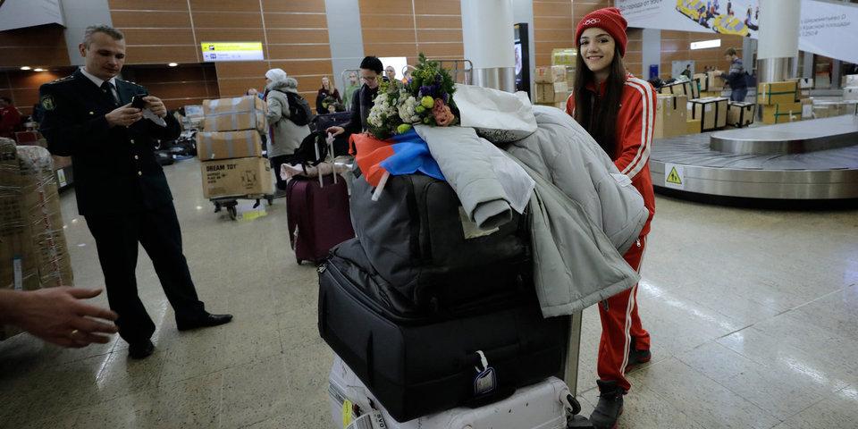 Чемоданы Медведевой, багаж Знарка, Ковальчук и люди в форме. Ключевые фото встречи олимпийцев