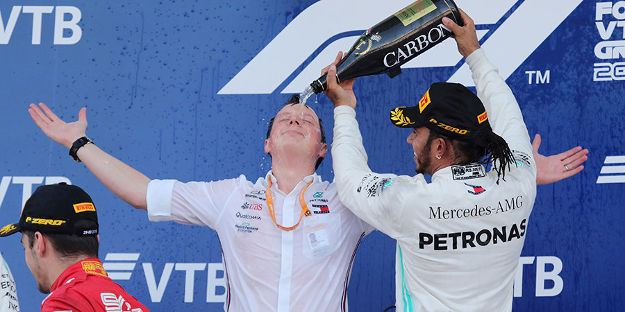«Мерседес» снова победил в Сочи, Квят остался без очков. Лучшие моменты Гран-при России