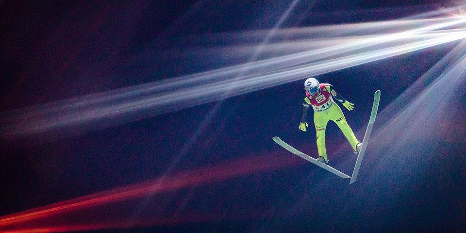 Сильный ветер помешал летающим лыжникам в Финляндии