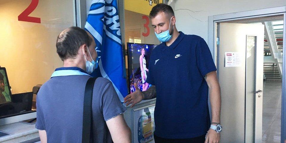 Новичок «Зенита» Карасёв вручил первые абонементы на посещение матчей клуба