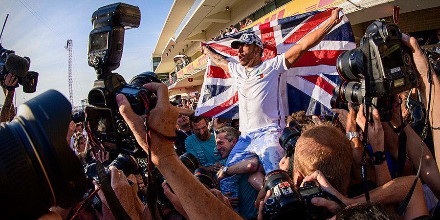 Шампанское, самокат и много эмоций. Как Хэмилтон праздновал шестое чемпионство. Фото