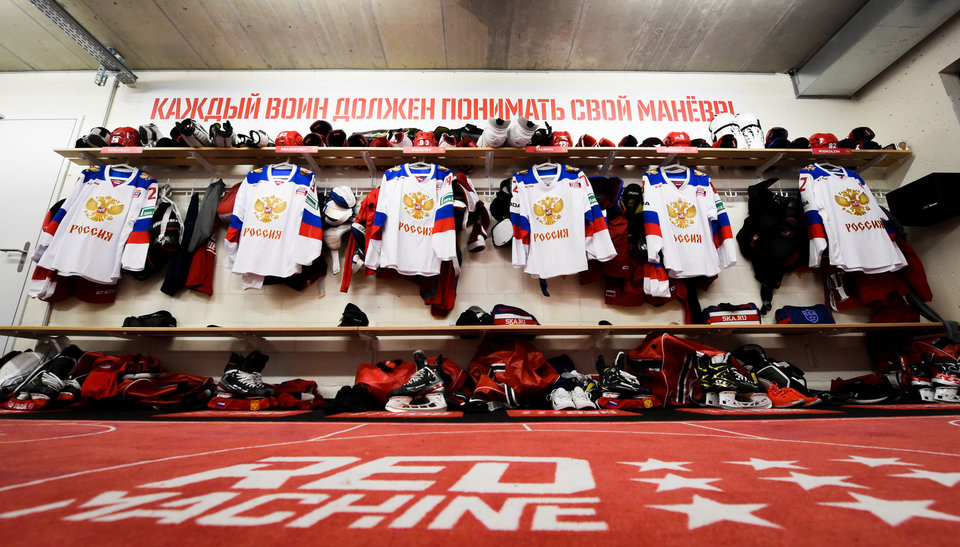 Сборная России по хоккею возложила цветы к монументу «Матери Победителей»