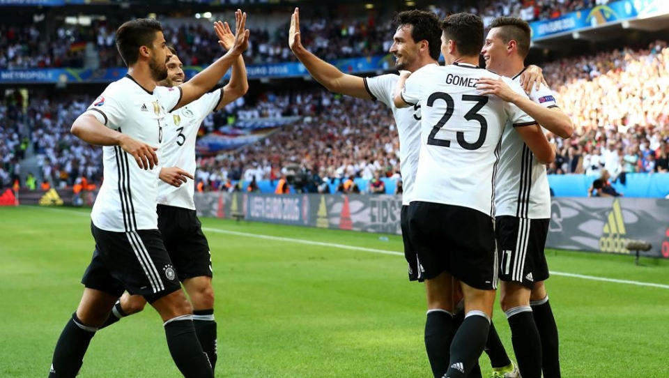 Гол-красавец Киммиха спас Германию от поражения в матче с датчанами