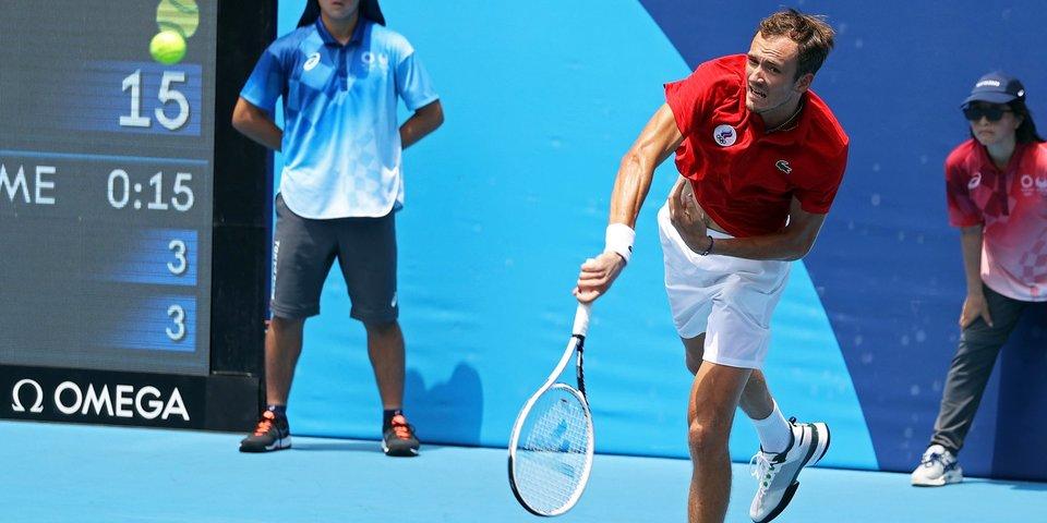 «Стало тяжело дышать». Медведев страдал в матче против Фоньини, но все же вышел в четвертьфинал олимпийского турнира