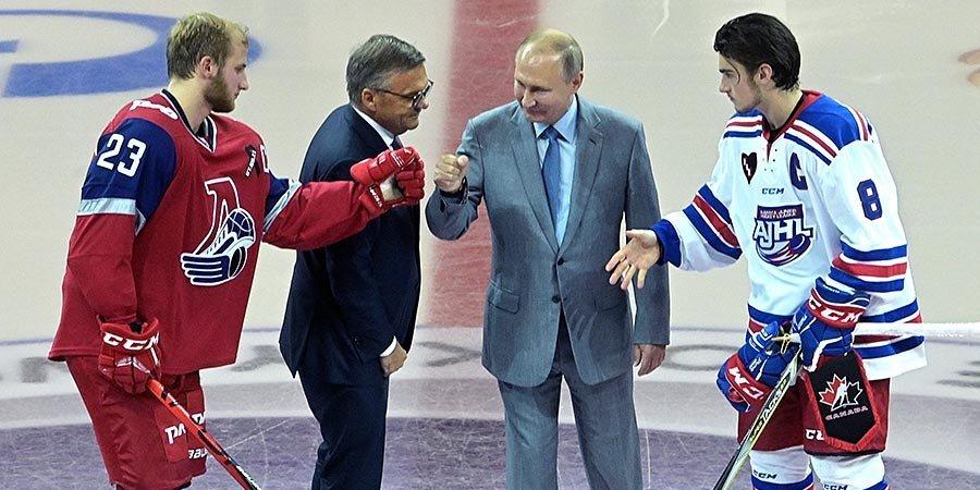 Путин произвел символическое вбрасывание шайбы в стартовом матче «Сириус-2019»