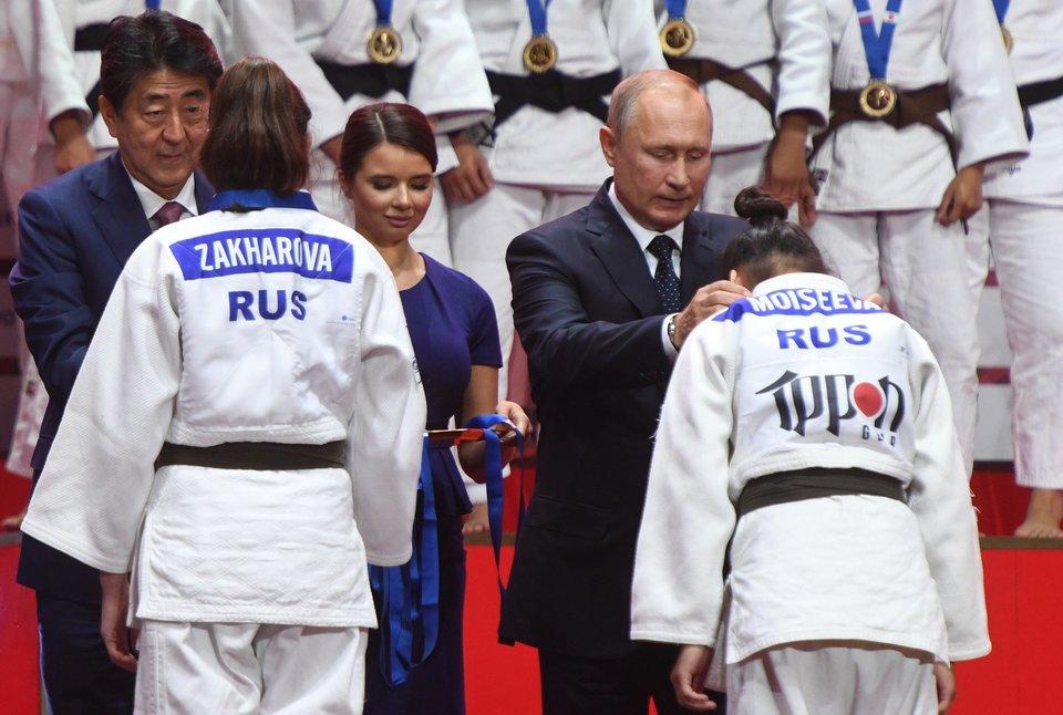 Путин принял участие в церемонии награждения победителей турнира по дзюдо