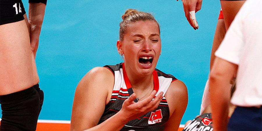 Волейболистка сборной Турции разбила лицо и потеряла зубы в матче с Россией (видео)