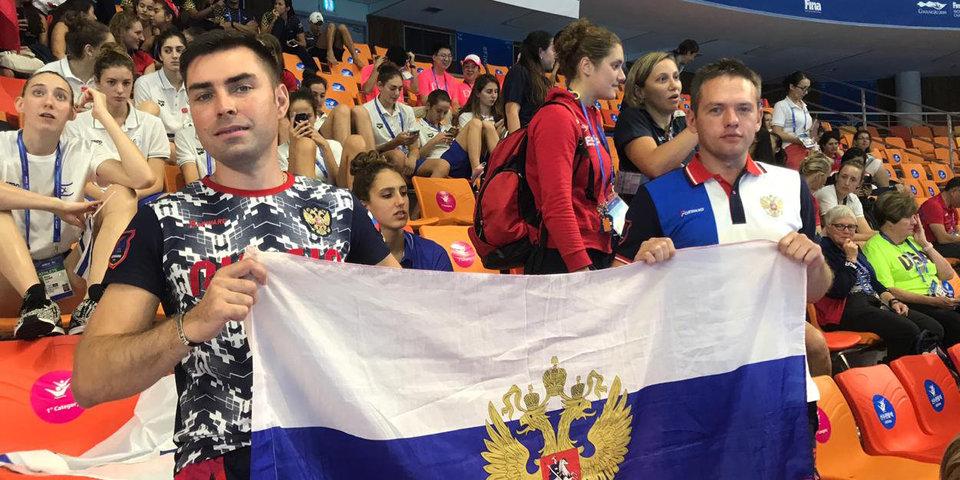Главными фанатами сборной России по синхронному плаванию являются два взрослых (38 и 40 лет) мужчины. Они ездят за командой по всему миру