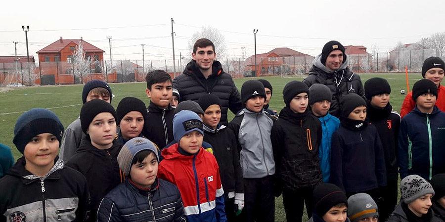 Зелимхан Бакаев, каким вы его не знали: коробка в Жулебино, смена агента, предложение из Европы и школа для 70 детей