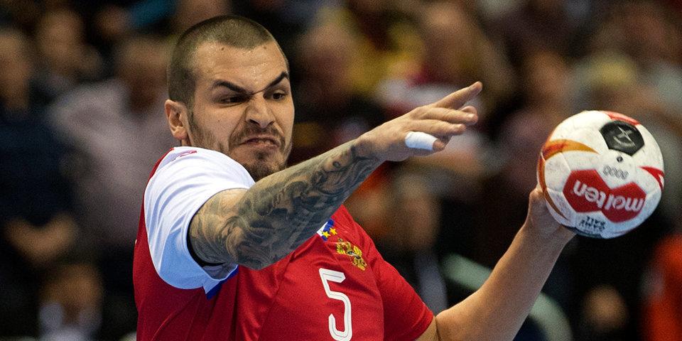 Сборная России впервые проиграла на чемпионате мира, лидер команды получил красную. Как это было