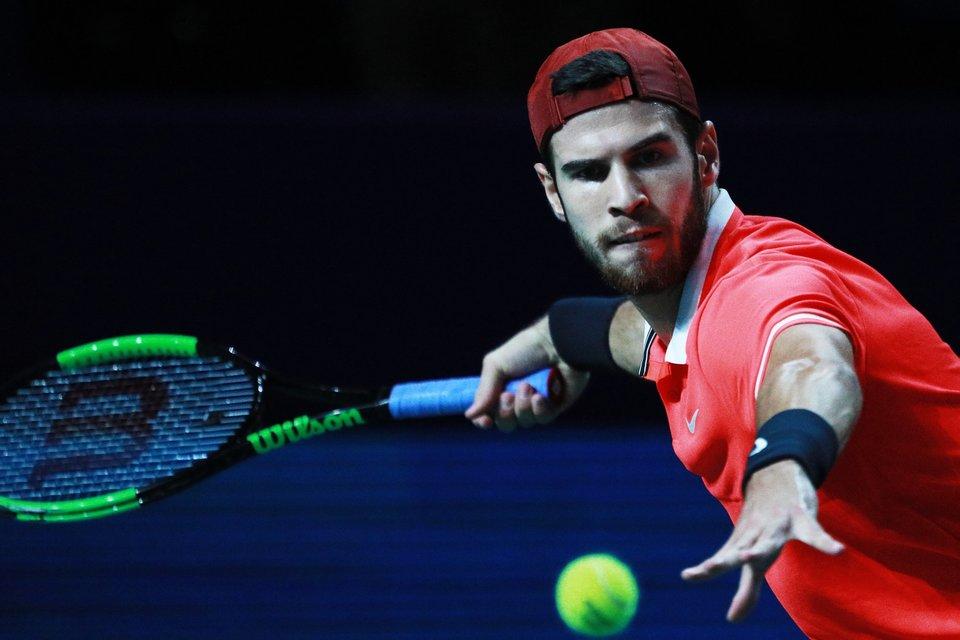 Хачанов победил Изнера и вышел в четвертьфинал турнира в Париже