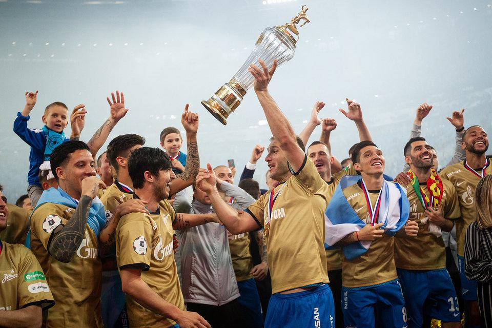 «Заболотный — бог футбола». Фанаты приветствовали «Зенит» на водном маршруте чемпионского парада
