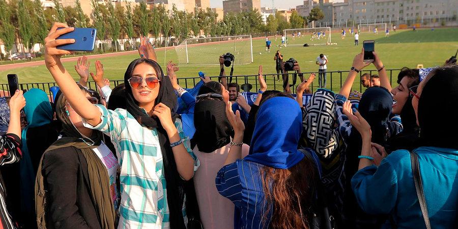 Жуть из Ирана. Фанатка сожгла себя у здания суда в знак протеста. Похоже, помогут только санкции ФИФА