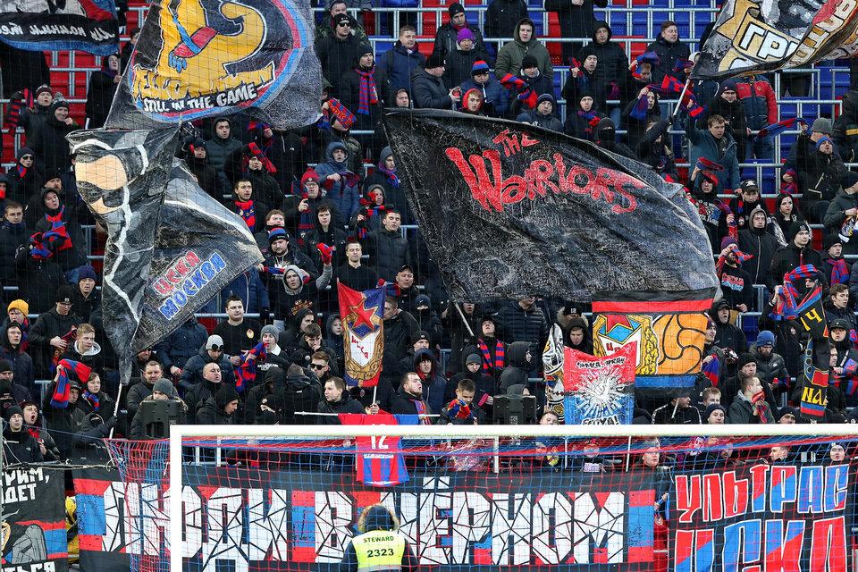 Фанаты ЦСКА зажгли файер у отеля в Саранске
