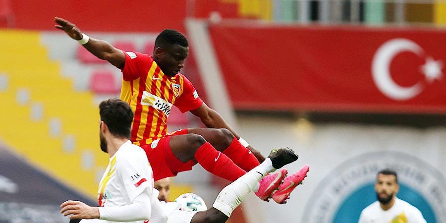 Турецкий клуб расторгнет договор аренды с игроком из-за красной карточки