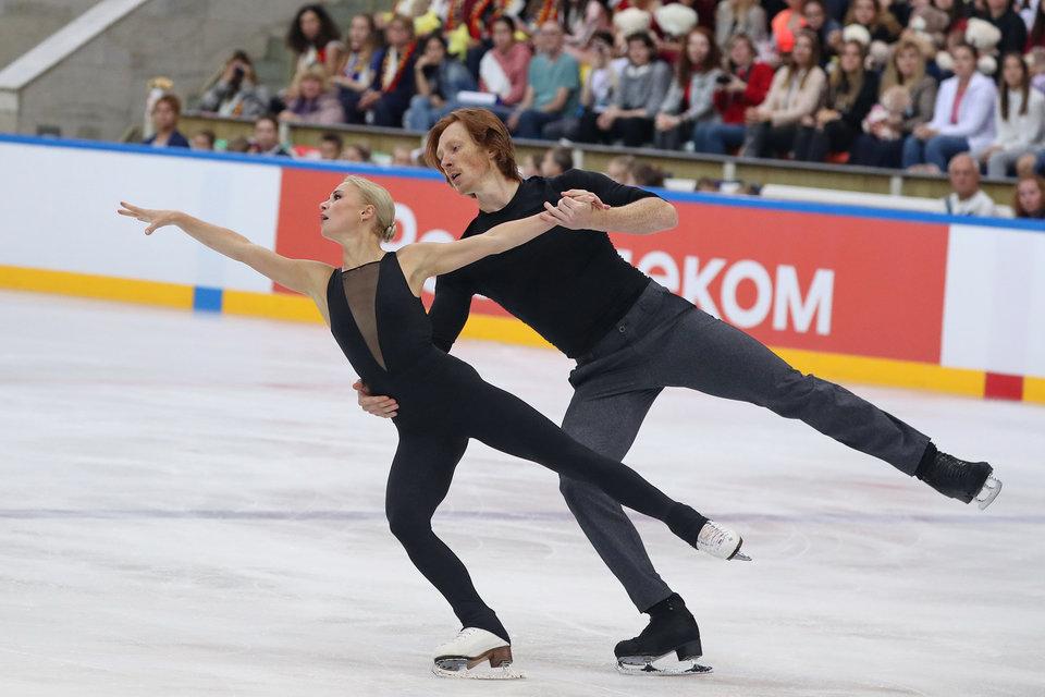 Тарасова и Морозов выиграли произвольную программу, но не смогли сократить отставание команды Загитовой на турнире в Москве