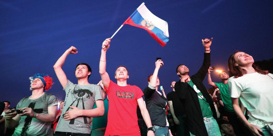 Белые ночи в цветах российского флага. Петербург до рассвета отмечал победу над Египтом