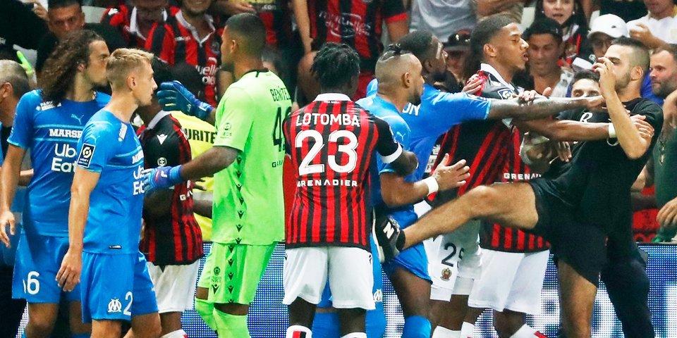 В Лиге 1 какой-то ад! Фанаты «Ниццы» выбежали на поле и напали на игроков «Марселя». Матч не был доигран