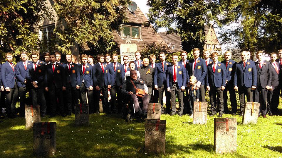 Хоккеисты сборной России возложили цветы к братской могиле советских солдат в Зигбурге