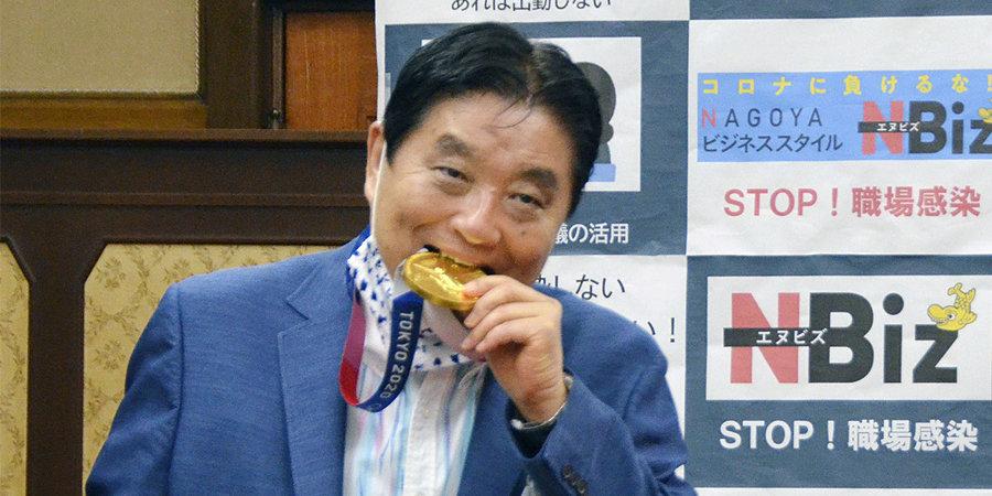 Укусивший олимпийскую медаль мэр Нагои заразился коронавирусом