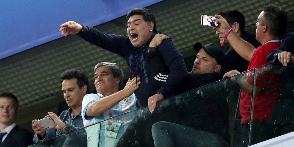 СМИ: ФИФА лишила Марадону денег за неприличные жесты
