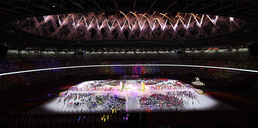 Губернатор Токио передала мэру Парижа флаг МПК на церемонии закрытия Игр-2020