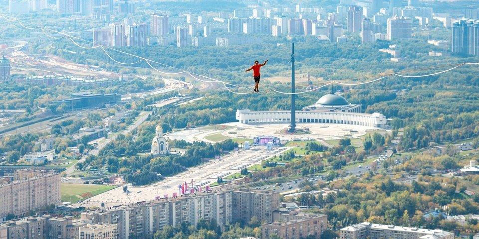 350 метров над Москвой. В День города в столице установили мировой рекорд по хайлайну. От фото и видео захватывает дух