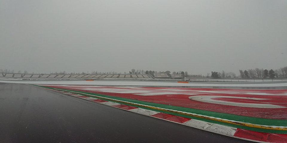 Старт третьего дня тестов в Барселоне отложен из-за снега