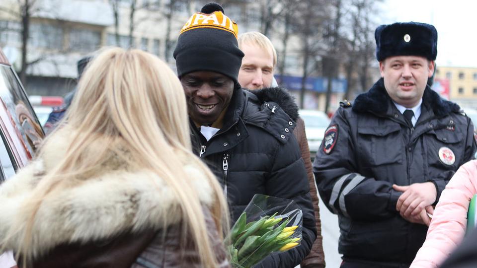 Футболист «Урала» вместе с сотрудниками ГИБДД поздравил авто-леди с 8 марта