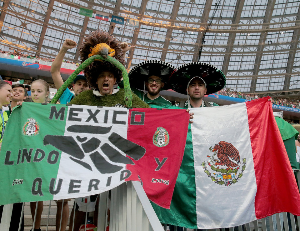Мексиканцы доставили десятки ящиков с пивом в посольство Кореи за победу над Германией
