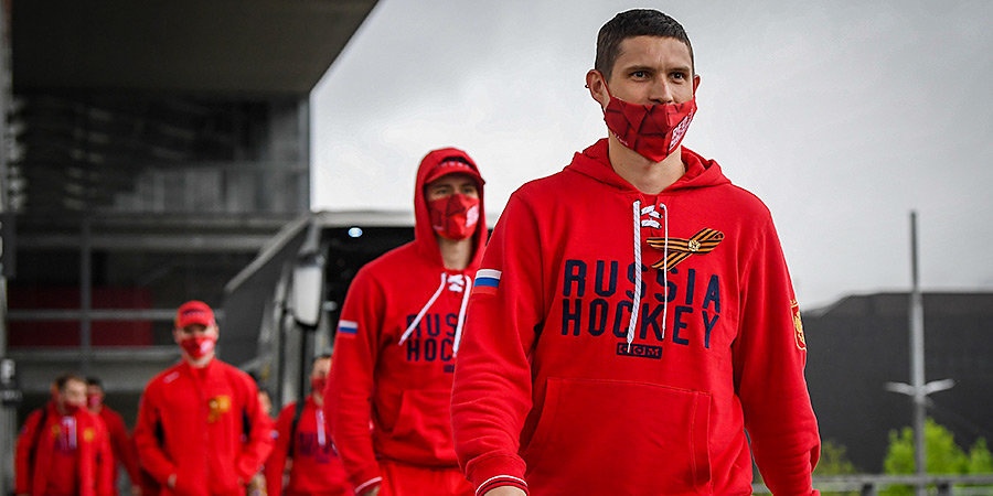 Сборная России приехала на матч со Швейцарией с георгиевскими лентами