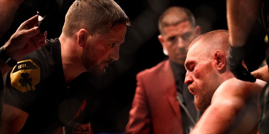 Бойцы ММА и боксеры сидят между раундами. Это правильно или нет?