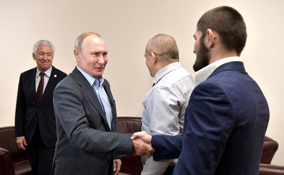 Путин пригласил Нурмагомедова в Кремль