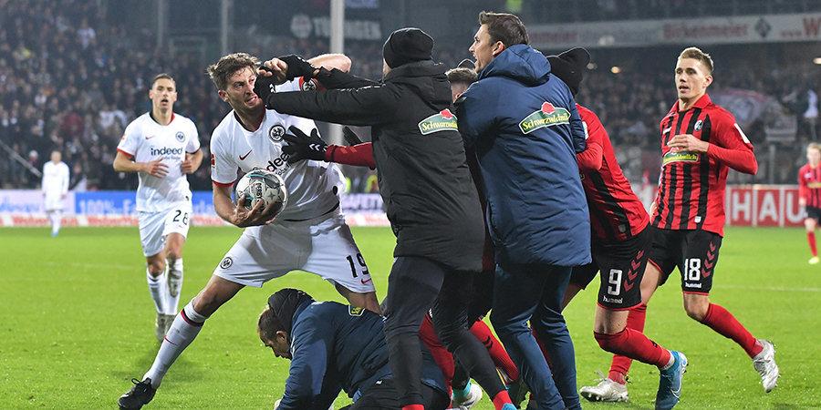 «Айнтрахт» уступил «Фрайбургу», Абрахам уронил главного тренера соперника и спровоцировал массовую драку