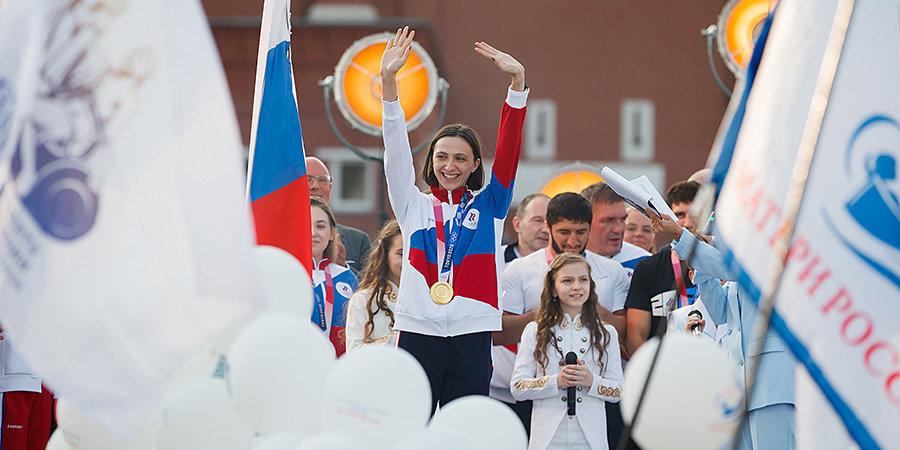 Герои ОИ-2020 на Красной площади: Мария Ласицкене подняла флаг, олимпийцы спели гимн со слезами на глазах. Главные видео дня