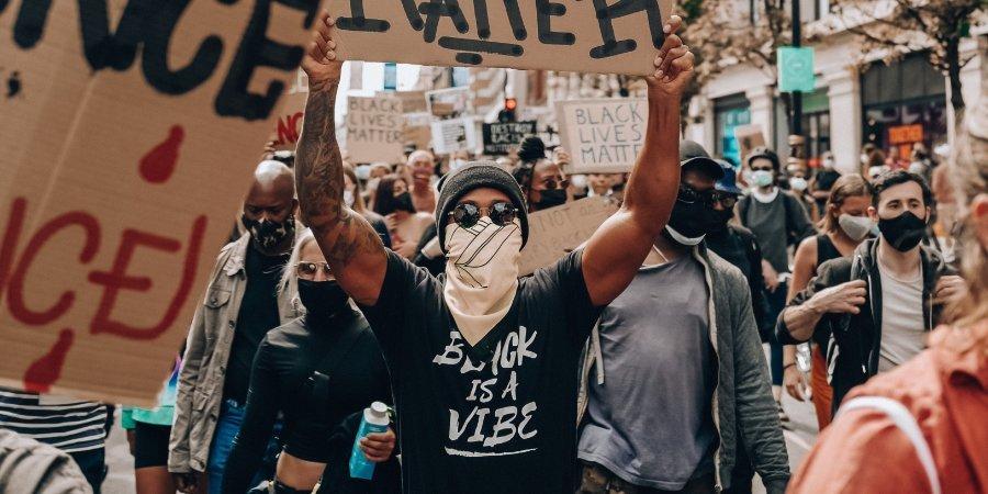 Льюис Хэмилтон — об участии в акции протеста: «Я был горд увидеть так много людей всех рас и профессий, поддерживающих это движение»
