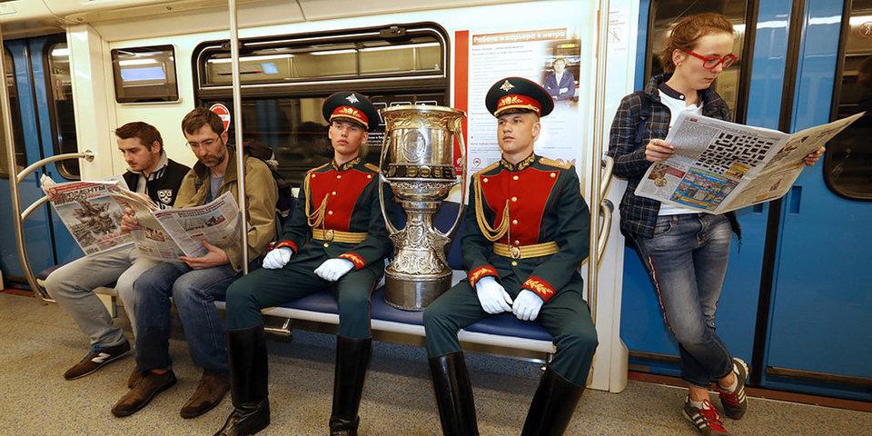 Кубок Гагарина впервые спустился в метро и проехался на «Тигре»