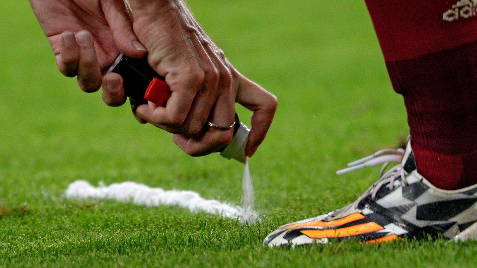 Суд может заставить ФИФА прекратить использование в матчах исчезающего спрея