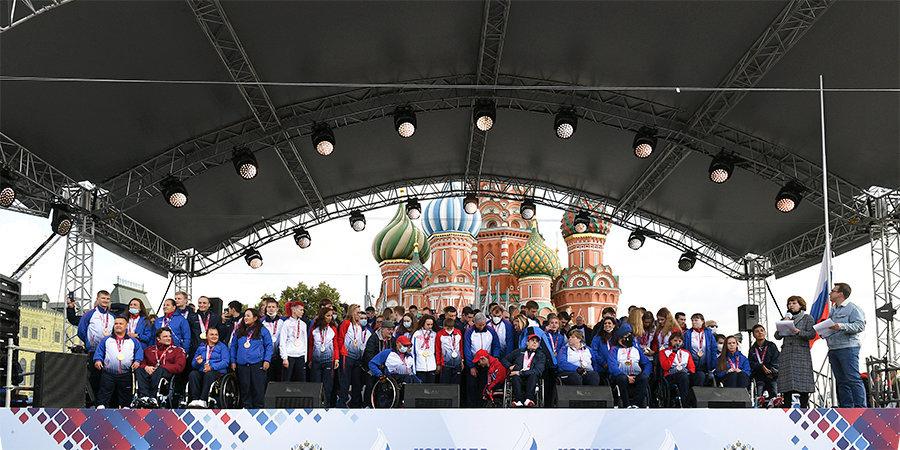 Триумфально выступивших в Токио паралимпийцев красиво встретили на Красной площади. Почти как ROC-команду месяцем ранее