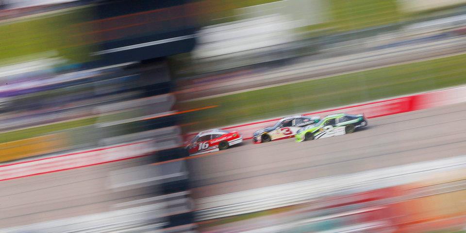 Гонщики NASCAR подрались после круга почета