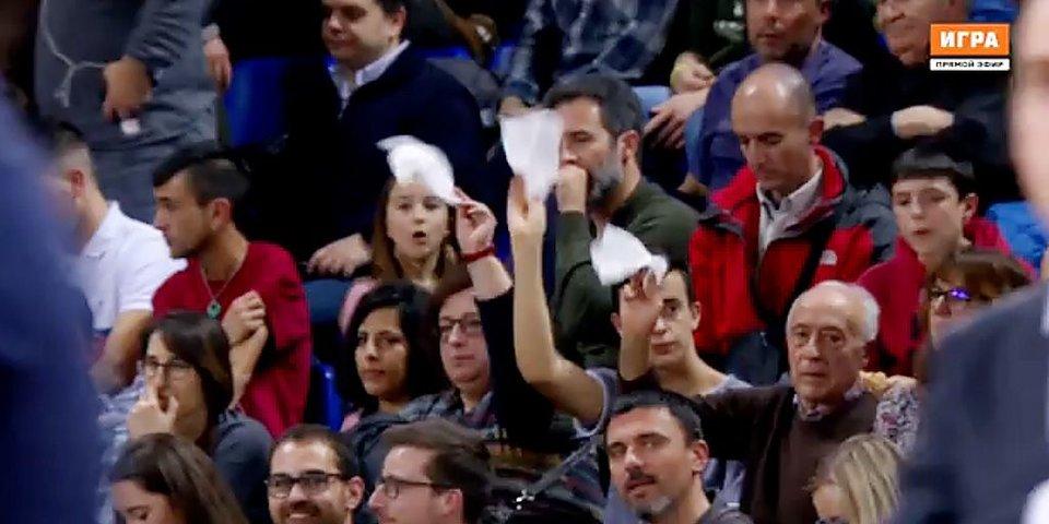 Болельщики освистывают «Барселону» и машут ей платками