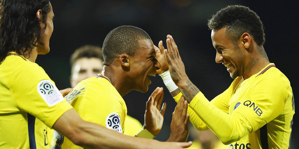 Мбаппе зарабатывает красную для соперника, играет рукой и забивает в первом матче за «ПСЖ». Видео